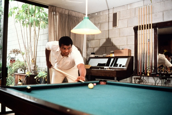 Domestic Life「1980 Los Angeles, CA. Muhammad Ali at his home in Hancock Park before his last fight with Larry Holm」:写真・画像(10)[壁紙.com]