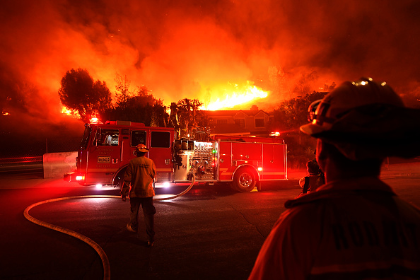 Firefighter「Fast-Spreading Hill and Woolsey Fires Force Evacuations In California's Ventura County」:写真・画像(19)[壁紙.com]