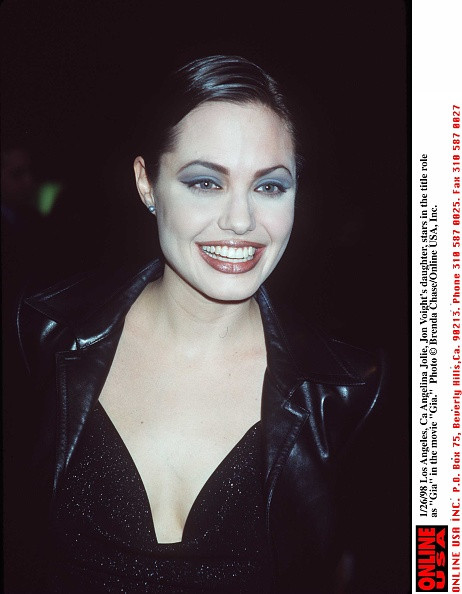 アンジェリーナ・ジョリー「1/26/98 Los Angeles, Ca Angelina Jolie, Jon Voights, daughter, stars in the title role as 'Gia' in t」:写真・画像(5)[壁紙.com]