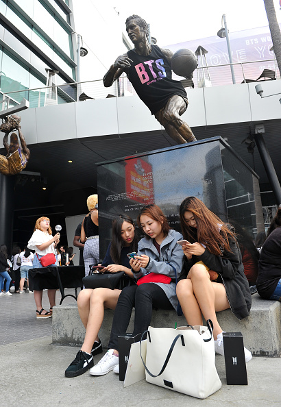 "Anticipation「Fans Await The BTS Concert At Staples Center As Part Of The ""Love Yourself"" North American Tour」:写真・画像(1)[壁紙.com]"