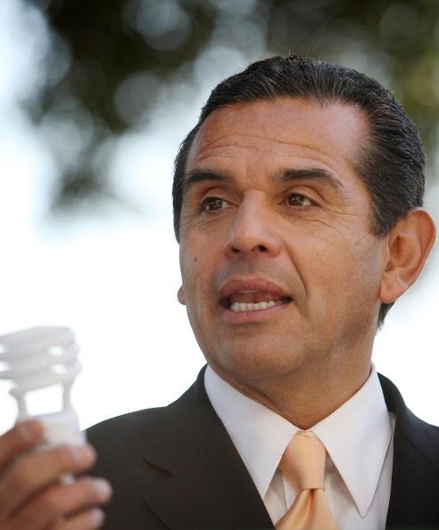 Light Bulb「LA Mayor Kicks Off City Effort To Give Away Compact Fluorescent Bulbs」:写真・画像(1)[壁紙.com]