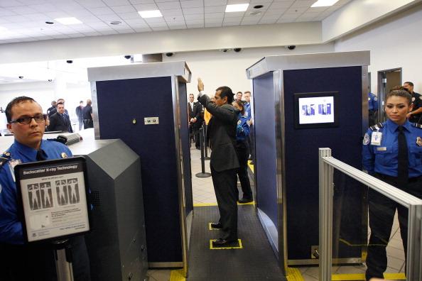 LAX Airport「LA Mayor Villaraigosa Uses Airport Scanner At LAX」:写真・画像(0)[壁紙.com]