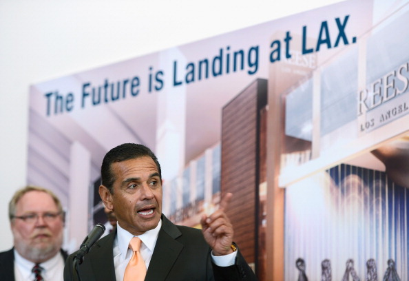 LAX Airport「Mayor Villaraigosa And Airline Officials Debut New Gates At Tom Bradley International Terminal」:写真・画像(5)[壁紙.com]