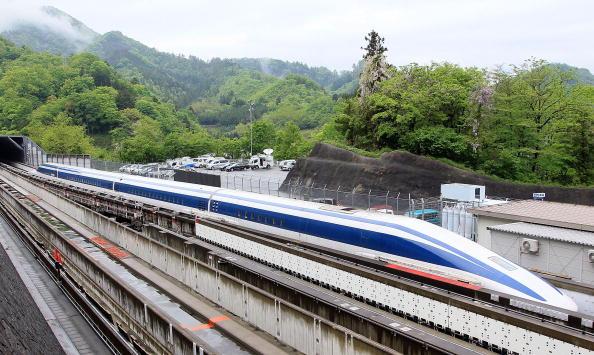 日本「U.S. Transportation Secretary Ray LaHood Takes Japan's Maglev Test Ride」:写真・画像(3)[壁紙.com]
