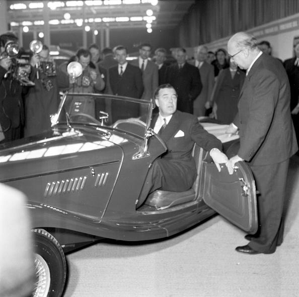 Vehicle Door「Prince Bertil Tests A Convertible At The Car Showroom In Stockholm」:写真・画像(19)[壁紙.com]