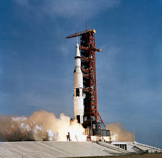 Apollo 11 space vehicle taking off from Kennedy Space Center.:スマホ壁紙(壁紙.com)