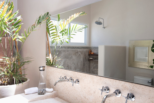 Sayulita「Mirror, sinks and shower in modern bathroom」:スマホ壁紙(5)
