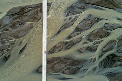 橋「橋と砂のパターン、アイスランド、航空写真ビュー」:スマホ壁紙(14)