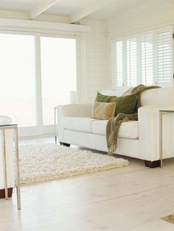 露出オーバー「pillows and a blanket on a couch in a living room」:スマホ壁紙(2)
