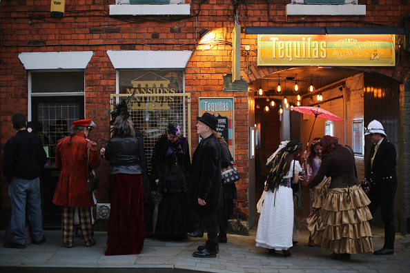 Waiting「Participants From Around The Globe Attend The Asylum Steampunk Festival」:写真・画像(6)[壁紙.com]