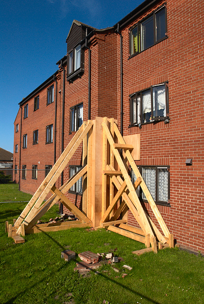 Damaged「Temporary wooden support for a damaged wall on a block of flats, Great Yarmouth, United Kingdom」:写真・画像(11)[壁紙.com]