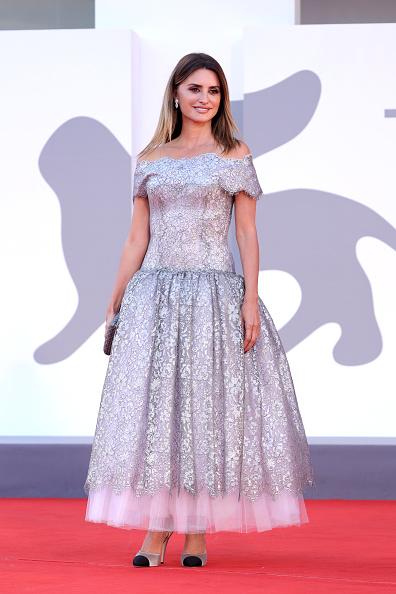 銀色のドレス「Closing Ceremony Red Carpet - The 78th Venice International Film Festival」:写真・画像(3)[壁紙.com]