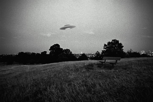 Digital Composite「UFO in flight above urban park (Digital Composite)」:スマホ壁紙(3)
