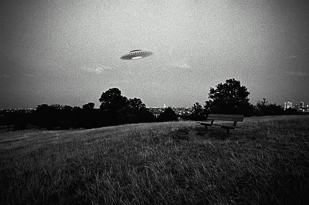 UFO in flight above urban park (Digital Composite):スマホ壁紙(壁紙.com)