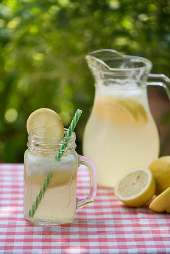 かんきつ類「Mason jar and jug of lemonade with lemons」:スマホ壁紙(11)