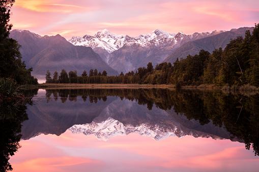 Lake Matheson「Pink sunrise Lake Matheson, New Zealand」:スマホ壁紙(11)