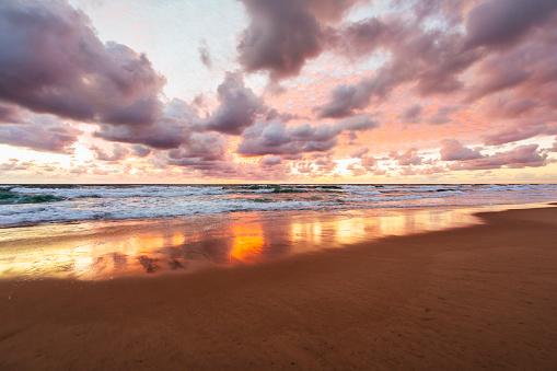 Queensland「Pink sunrise colors wash over the ocean.」:スマホ壁紙(0)