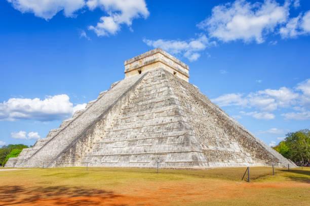 Archaeological site Kukulkan / El Castillo , Mayan Pyramid of Chichen Itza Mexico:スマホ壁紙(壁紙.com)