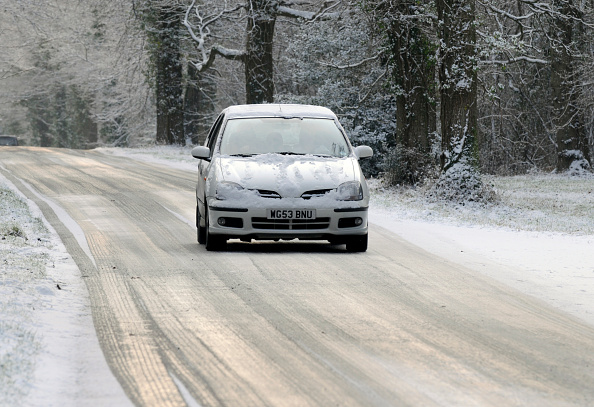 Safety「2003 Nissan Almera driving on icy road in winter」:写真・画像(11)[壁紙.com]