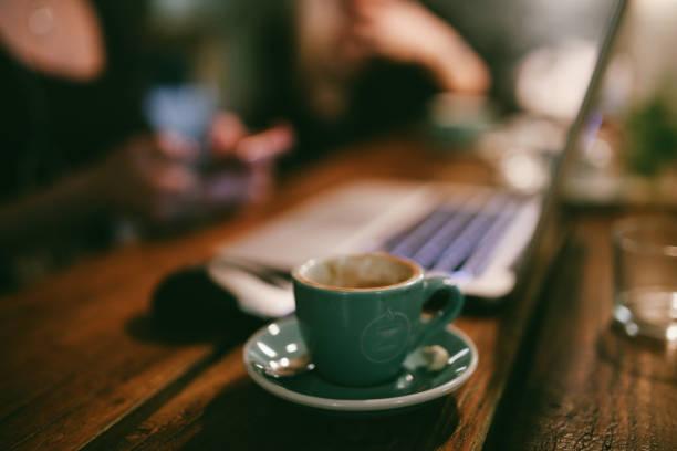 Espresso on the worktable:スマホ壁紙(壁紙.com)