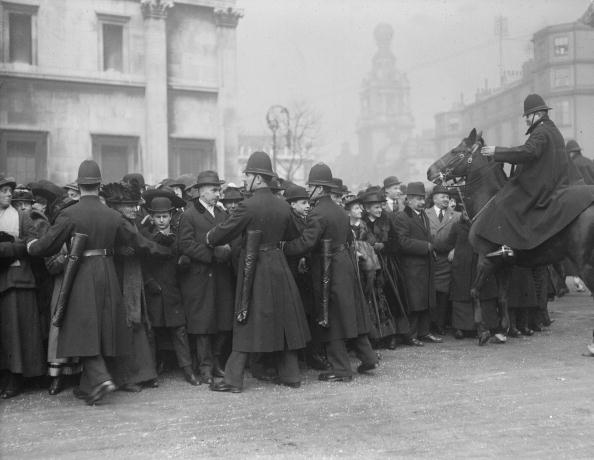 1910-1919「Holding Back Crowds」:写真・画像(9)[壁紙.com]