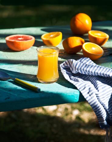 オレンジジュース「Orange juice and citrus fruit on table」:スマホ壁紙(2)