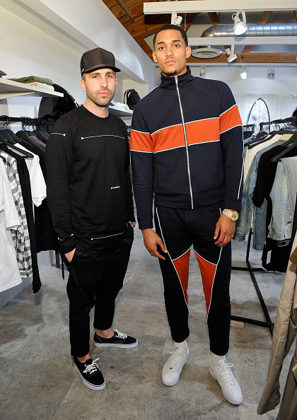 全身「Los Angeles Lakers Guard Jordan Clarkson and Streetwear Designer Chris Stamp Team Up for An Immersive Style Experience with Fans at Delta's 'Beyond the Court' Event at the Stampd Store in Los Angeles」:写真・画像(8)[壁紙.com]