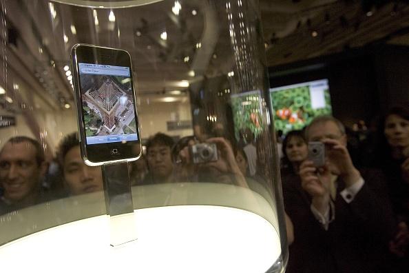Wireless Technology「Steve Jobs Unveils Apple iPhone At MacWorld Expo」:写真・画像(2)[壁紙.com]