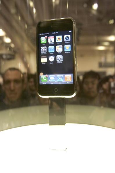 Wireless Technology「Steve Jobs Unveils Apple iPhone At MacWorld Expo」:写真・画像(0)[壁紙.com]