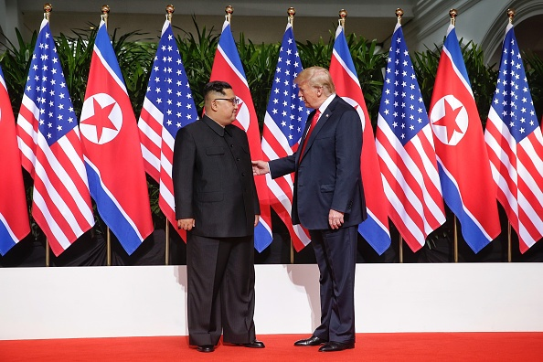 全身「U.S. President Trump Meets North Korean Leader Kim Jong-un During Landmark Summit In Singapore」:写真・画像(14)[壁紙.com]