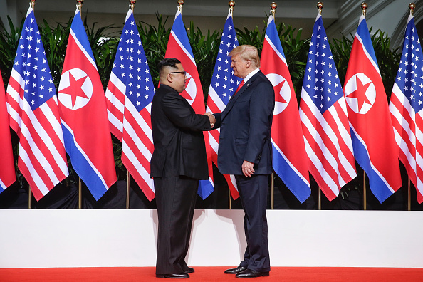 Meeting「U.S. President Trump Meets North Korean Leader Kim Jong-un During Landmark Summit In Singapore」:写真・画像(13)[壁紙.com]