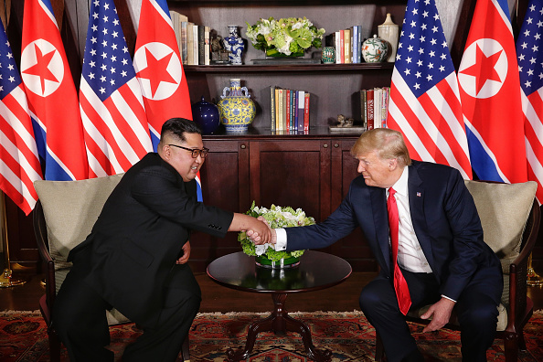 Meeting「U.S. President Trump Meets North Korean Leader Kim Jong-un During Landmark Summit In Singapore」:写真・画像(9)[壁紙.com]