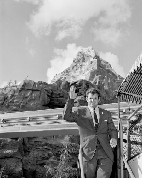 Amusement Park「Senator Edward M. Kennedy Visits Disneyland」:写真・画像(18)[壁紙.com]