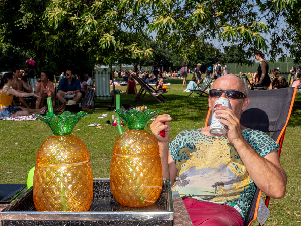 Peter Dench「Londoners Beat The Heat On Year's Warmest Day Yet」:写真・画像(18)[壁紙.com]