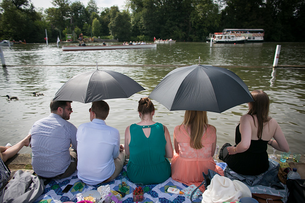ヘンリーロイヤルレガッタ「Spectators Enjoy The Start Of The Henley Royal Regatta」:写真・画像(4)[壁紙.com]