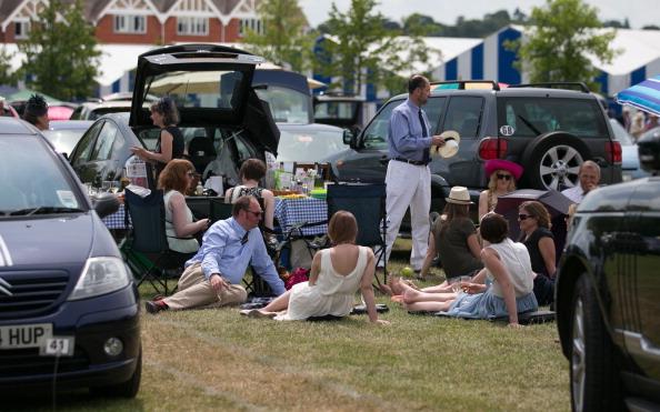 ヘンリーロイヤルレガッタ「Spectators Enjoy The Start Of The Henley Royal Regatta」:写真・画像(1)[壁紙.com]