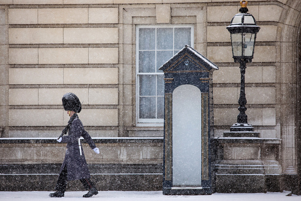 Snowing「Cold Weather Front From Russia Brings Snow Across The UK」:写真・画像(2)[壁紙.com]