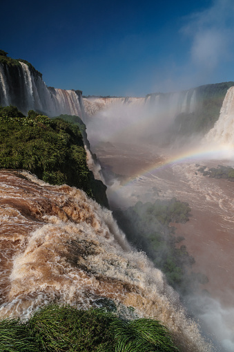 Vertical「View of Iguazu Falls (UNESCO World Heritage Site) from Brazilian side, Isla San Martin in foreground, Iguazu, Brazil」:スマホ壁紙(1)