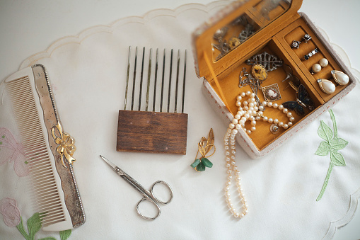 Girly「Vintage Jewelry Box and Combs」:スマホ壁紙(4)