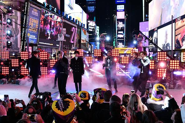 Kim Tae-Hyung「Dick Clark's New Year's Rockin' Eve With Ryan Seacrest 2020」:写真・画像(16)[壁紙.com]