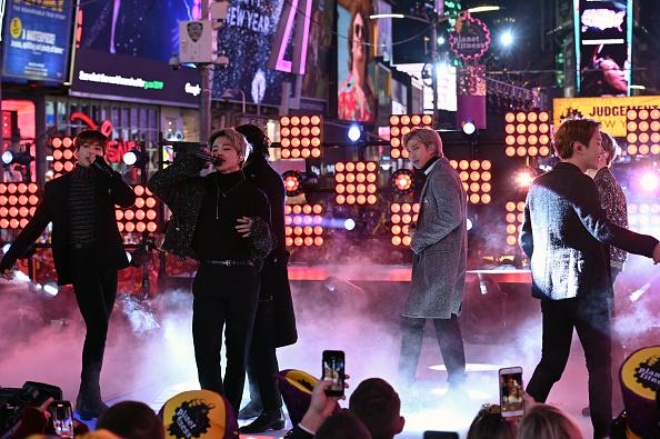 Kim Tae-Hyung「Times Square New Year's Eve 2020 Celebration」:写真・画像(17)[壁紙.com]