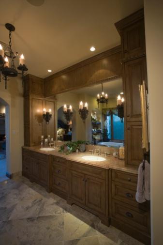 Twilight「Palm Springs bathroom with lit chandelier」:スマホ壁紙(9)