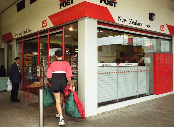 Post - Structure「Postman taking mail into a New Zealand Post store.」:写真・画像(1)[壁紙.com]