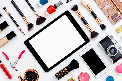 Surrounding「Beauty products surrounding digital tablet on white background」:スマホ壁紙(2)