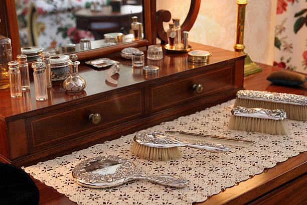 beauty products on antique dressing table:スマホ壁紙(壁紙.com)
