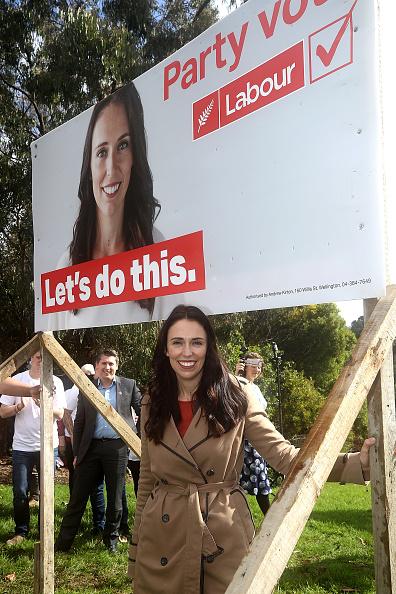 カメラ目線「Labour's Jacinda Ardern Unveils New Campaign Hoardings」:写真・画像(17)[壁紙.com]