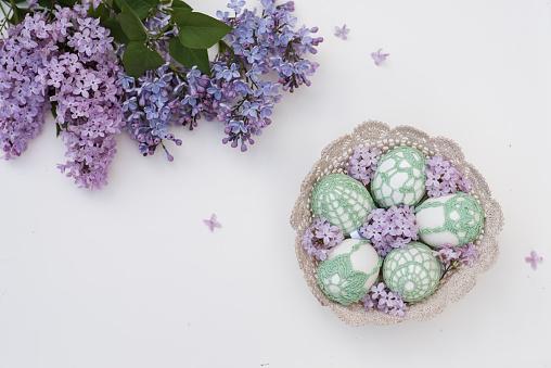 イースター「Handmade Easter eggs in a basket and Lilac flowers」:スマホ壁紙(15)