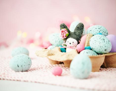 Easter Bunny「Handmade Easter bunny in egg carton with Easter eggs」:スマホ壁紙(4)
