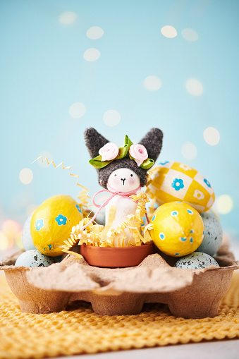 Easter Bunny「Handmade Easter bunny in egg carton with yellow Easter eggs」:スマホ壁紙(11)