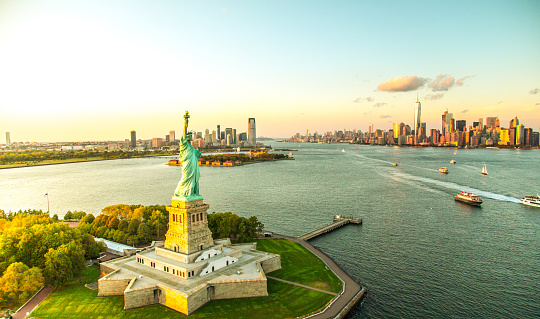 Travel Destinations「Liberty Island overlooking Manhattan Skyline」:スマホ壁紙(2)